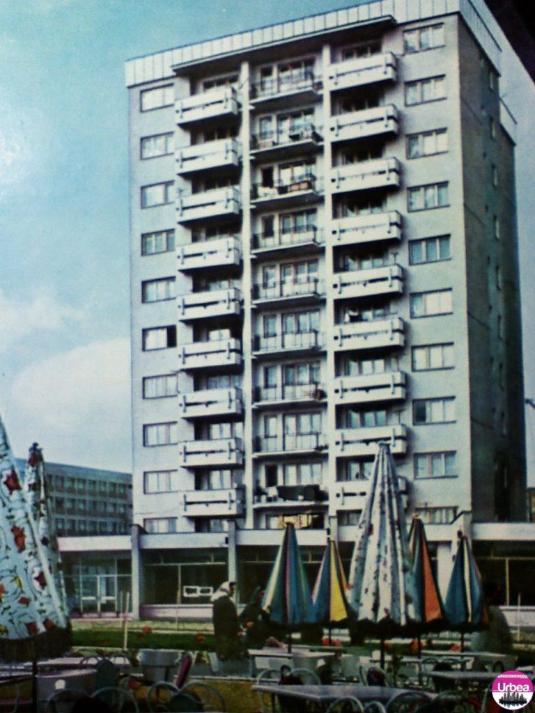 """Alba Iulia – Detaliu din """"Platoul romanilor"""" - blocul turn de deasupra la Banca Transilvania, pare cunoscut?"""