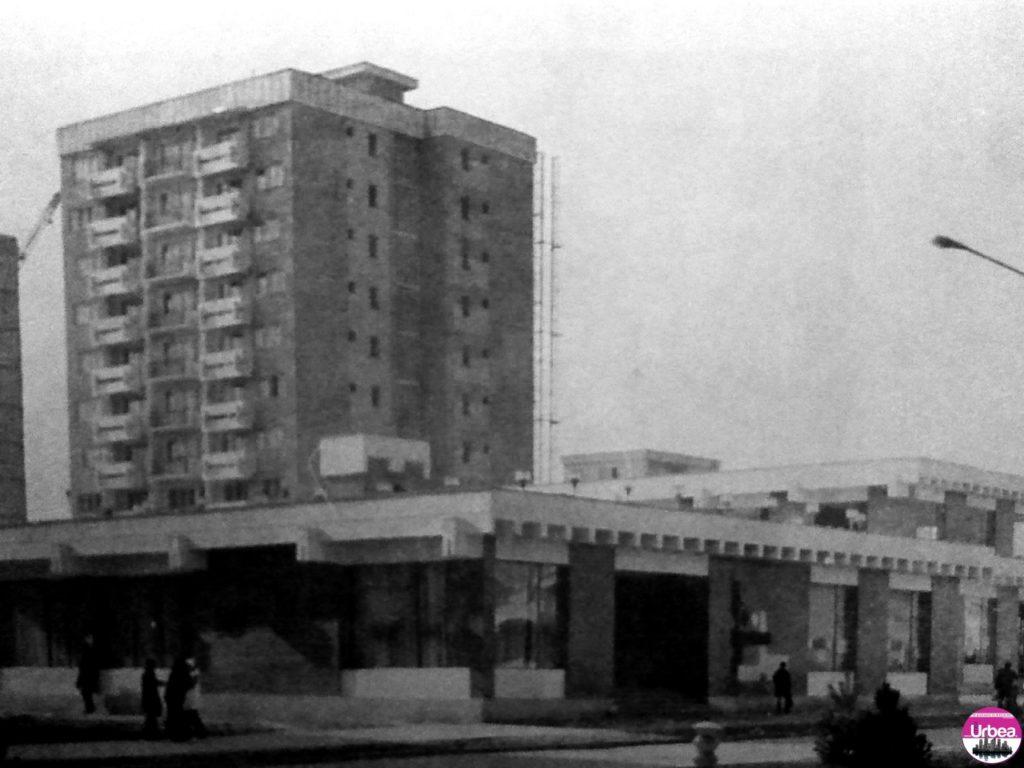"""Noul complex """"Arieşul"""" din Platoul Romanilor. – A se observa între cele două blocuri, mai puteţi vedea încă o macara, oraşul se afla în plină dezvoltare..."""