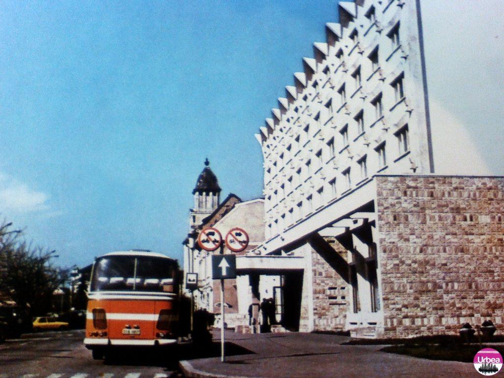 """Hotelul şi restaurantul """"Transilvania"""" creaţie arhitecturală modernă, care îmbogăţeşte linia edilitară nouă a municipiului. O ultimă imagine din acea vreme,omagiu adus noului Hotel Transilvania."""