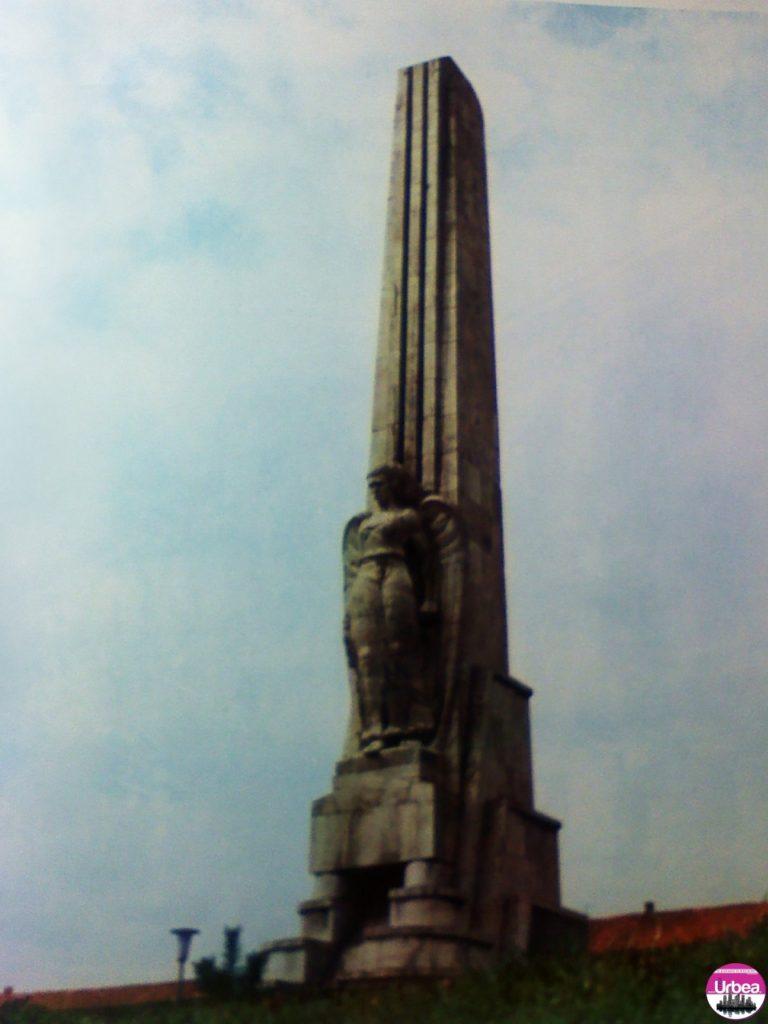 Obeliscul monumental ridicat în memoria lui Horea, Cloşca şi Crişan, conducătorii răscoalei ţărţneşti din 1784.