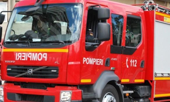 Pompierii din Alba Iulia, chemați să intervină pentru a îndepărta tencuiala căzută de pe un bloc