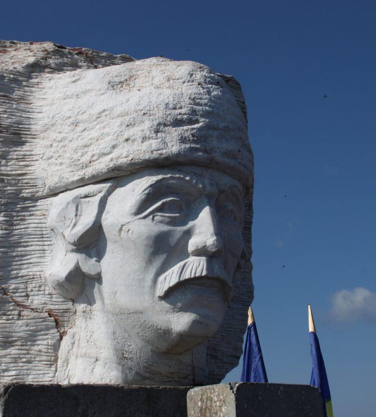 Mii de oameni veniţi din întreaga ţară au participat la Târgul de Fete de pe Muntele Găina