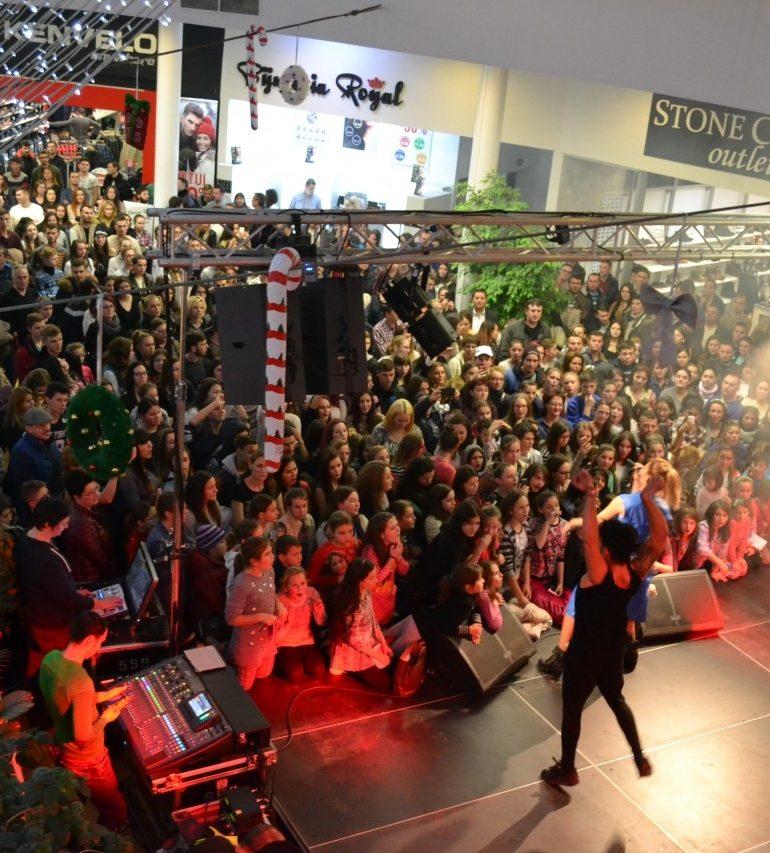 FOTO-VIDEO: Aniversarea a OPT ani de Alba Mall. Concert Alina Eremia, sesiuni de shopping şi tombolă