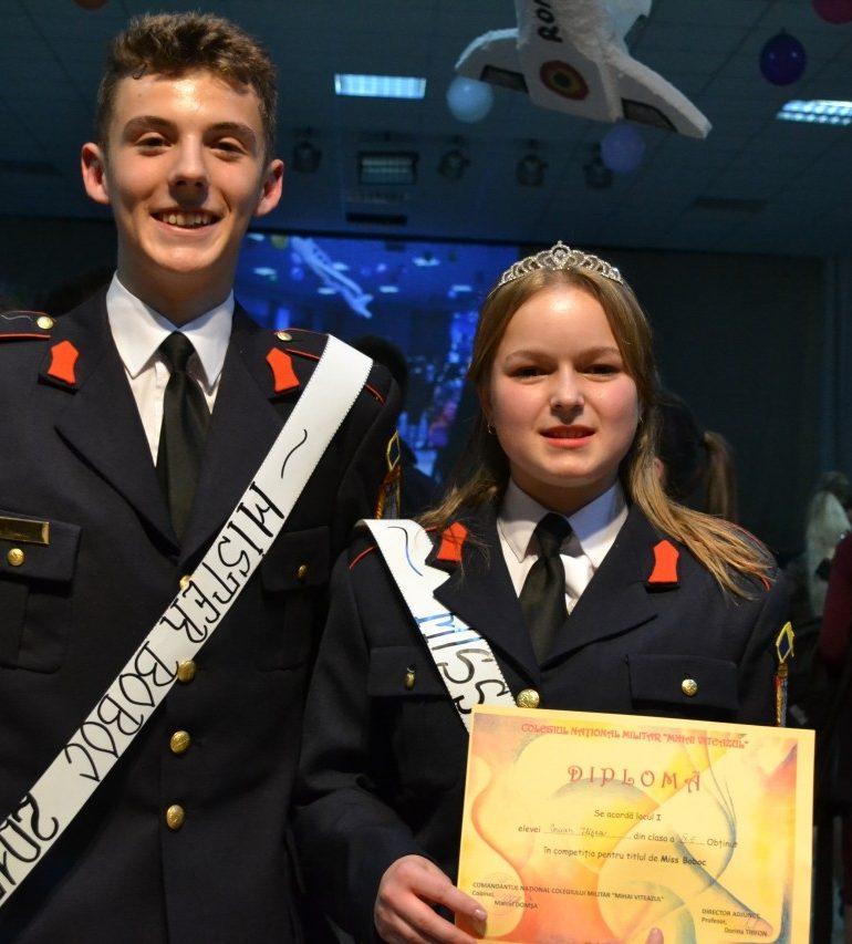 """FOTO: După o """"Călătorie în jurul lumii"""", Ilişca Anişoara Coman şi Vlad Ştefan Velţan au fost declaraţi cei mai frumoşi boboci ai Colegiului Militar din Alba Iulia"""