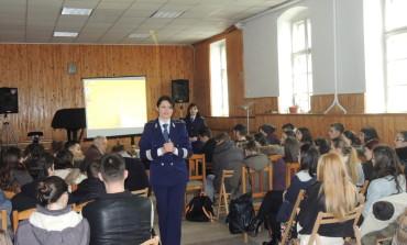 """FOTO: Ziua Internațională a Nonviolenţei în Şcoli, marcată la Liceul de Arte  """"Regina Maria""""din Alba Iulia"""