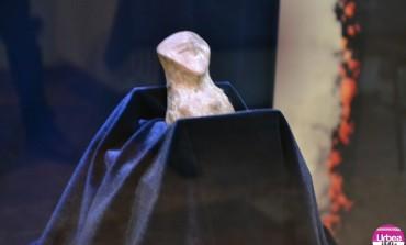 FOTO-VIDEO: Exponatul lunii ianuarie.Idol antropomorf neolitic descoperit în anul 2014 la Tărtăria, expus la Muzeul Național al Unirii din Alba Iulia