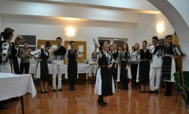 """FOTO-VIDEO: """"Punți între tradiții"""" cu elevii de la Colegiul Economic din Alba Iulia. Tradițiile de nuntă și rețetele tradiționale din Turcia și România"""