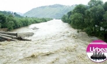Zona munţilor Apuseni, afectată de inundaţii: Apa a intrat în zeci de case, iar 25 de persoane s-au autoevacuat