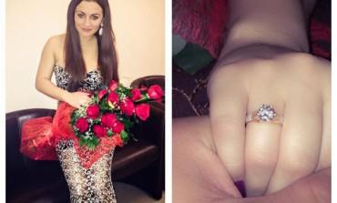 """VIDEO: Cerere în căsătorie de Ziua îndrăgostiților. Carmen de la Sălciua a spus """"DA"""" în fața a sute de persoane"""