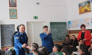 """FOTO: Acțiuni informative ale jandarmilor pentru elevii de la Şcoala Gimnazială """" I.M. Moldovan"""" – Blaj"""
