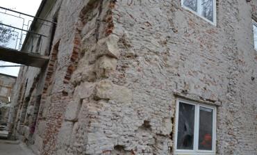 FOTO-VIDEO: Zidul Castrului Roman de la Apulum, canalizare romană și austriacă, descoperite la Alba Iulia