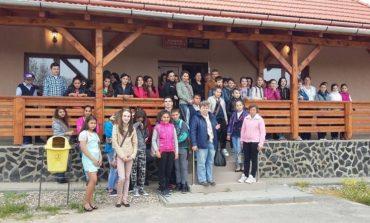 """FOTO:  Elevi de la cinci şcoli din Alba vizitează localităţi unde s-au născut scriitori români în săptămâna """"Şcoala Altfel"""""""