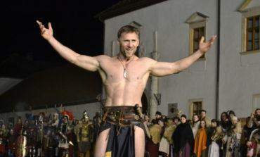 FOTO-VIDEO: Paradă cu torțe și lupte cu gladiatori la lumina torțelor, finalul primei seri a Festivalului Roman Apulum