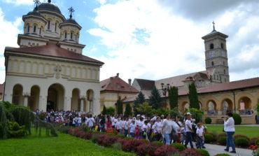 """FOTO-VIDEO: """"Îmbrățișare de îngeri"""", la Alba Iulia. Aproape 1.000 de copii au înconjurat și îmbrățișat simbolic Catedrala Reîntregirii"""