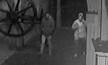 FOTO-VIDEO: Două persoane sunt căutate de Poliția Locală după ce au vandalizat statuia soldatului de la Poarta a III-a a Cetății Alba Carolina