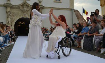 FOTO-VIDEO: Sensibilitate și emoție în deschiderea Feeric Fashion Days la Alba Iulia. 12 modele în scaun cu rotile au defilat la Poarta a IV-a a Cetății