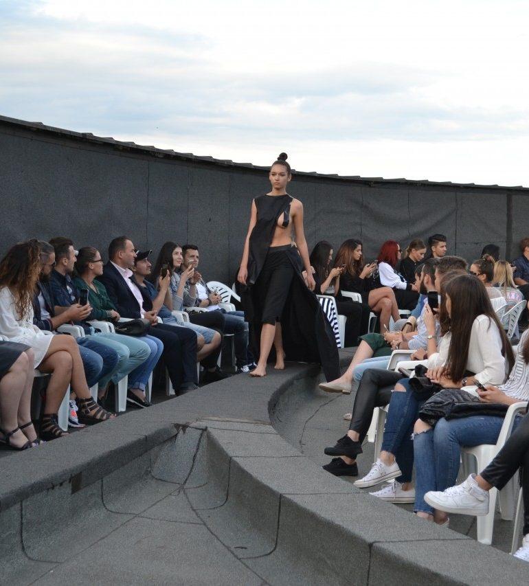 """FOTO-VIDEO: Defilare de modă, la înălțime. Colecția """"The Beautiful People"""", prezentată pe acoperișul Primăriei din Alba Iulia"""