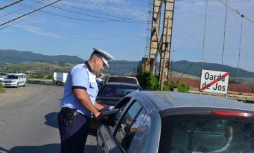 """""""Au uitat"""" că nu posedă permis de conducere și s-au urcat la volan, dar au fost prinși de polițiști"""