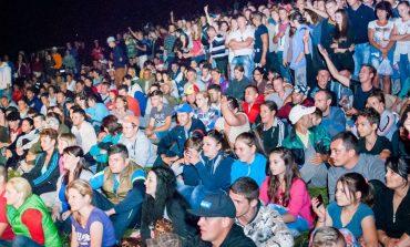 Târgul de Fete organizat doar la poalele Muntelui Găina, în Avram Iancu, din cauza vremii nefavorabile