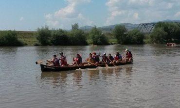 """FOTO: """"Descoperă Rowmania"""" are echipa câștigătoare de la Alba Iulia. 21 de echipe au vâslit în canotci pentru un loc în finala din Tulcea"""