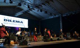 """FOTO-VIDEO: Concert de muzică folk italiană, în Piața Cetății. Bella Ciao, pe scena din Alba Iulia în cea de-a doua seară a Festivalului """"Dilema Veche"""""""