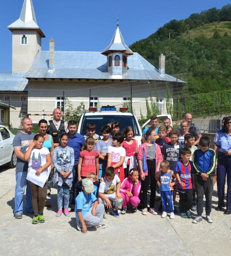 """FOTO: """"Vacanță în siguranță"""". Polițiștii s-au întâlnit cu peste 50 de copii aflați în tabere"""