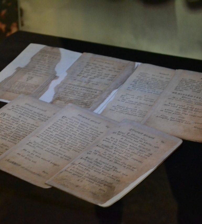 FOTO-VIDEO: Un exemplar de bucoavnă din 1792, exponatul lunii septembrie la Muzeul Naţional al Unirii din Alba Iulia