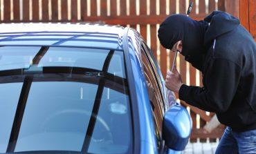 Un albaiulian l-a prins pe un tânăr, în timp ce încerca să îi fure mașina