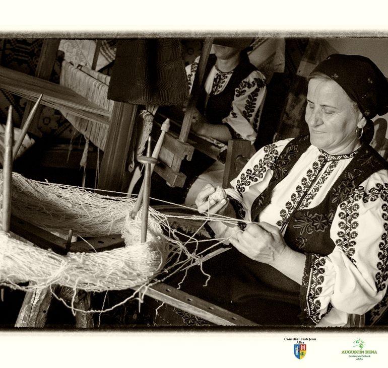 FOTO: Expoziţie de fotografie etnografică la Târgul Naţional de Turism Rural de la Albac. Zestrea şi tradiţiile populare din judeţul Alba surprinse în fotografii cu valoare documentară