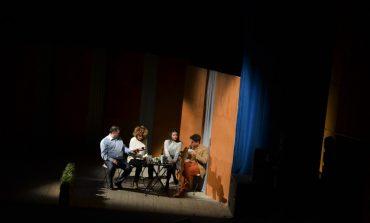 """FOTO: Râsete și bună dispoziție, în prima seară a Festivalului Internațional de Teatru """"Povești"""" de la Alba Iulia. """"Efecte colaterale"""", pe scena Casei de Cultură a Sindicatelor"""