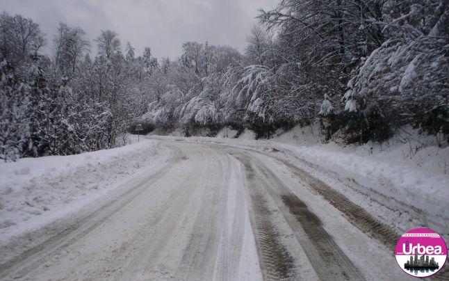 Drum blocat în Munții Apuseni, din cauza zăpezii troienite
