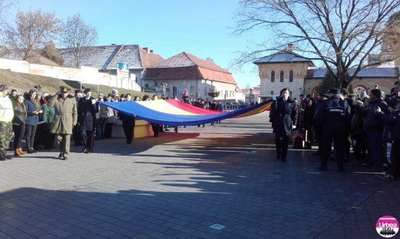 FOTO-VIDEO: Ceremoniile dedicate zilei de 1 Decembrie au început la Alba Iulia cu arborarea drapelului național