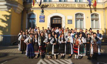 """FOTO: Parada portului popular a deschis cea de-a XIV-a ediție a Festivalului Naţional de Folclor """"Felician Fărcaşiu"""" de la Sebeș"""