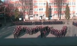 """VIDEO: Flash-mob cu elevii Colegiului Naţional Militar """"Mihai Viteazul"""" din Alba Iulia. Sincronizări perfecte pe ritmuri de muzică populară"""
