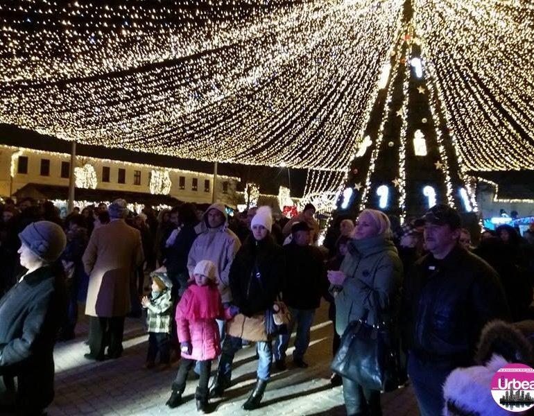 FOTO-VIDEO: Tineri colindători din Alba au întregit atmosfera din Parcul Sărbătorilor de Iarnă cu dansuri, colinde și cântece de Crăciun