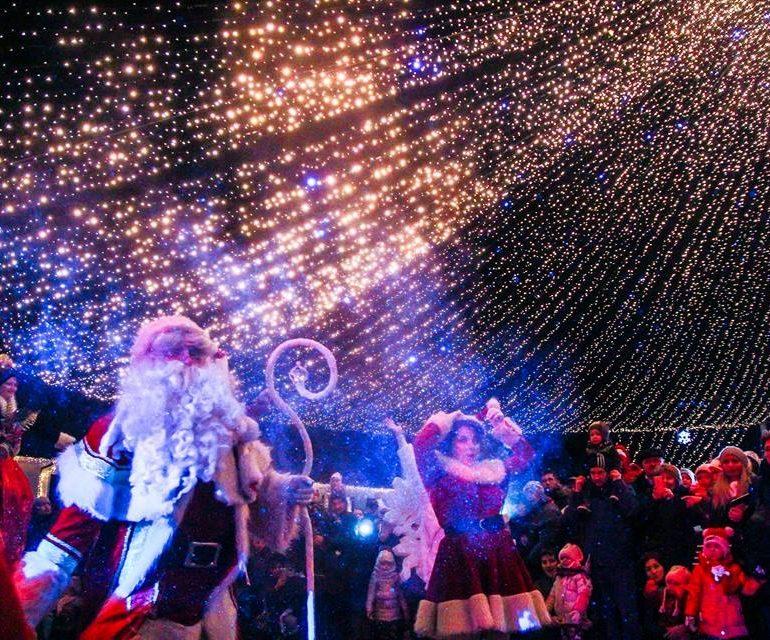 """FOTO: O mie de cadouri pentru copii şi atmosferă de basm la """"Crăciunu' din 21"""""""