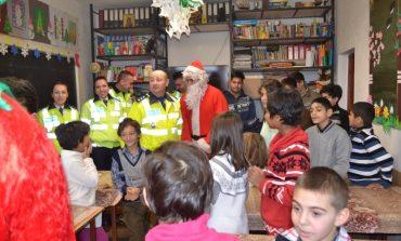 FOTO: Poliţiştii rutieri din Alba Iulia, însoţiţi de Moş Crăciun şi spiriduşi au oferit cadouri copiilor din două centre de tip familial