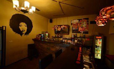 """Localul """"La Poartă"""" caută barmani și ospătari. Posibilitate de angajare, la început de an"""
