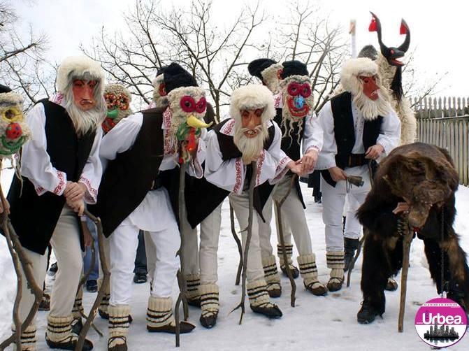 """Tradiţii la români: Ce semnifică """"umblatul cu ursul sau capra"""", în prag de an nou"""