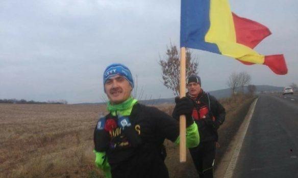 FOTO: De 1 Decembrie, Polgar Levente Ioan, ultramaratonistul din Aiud a venit la Alba Iulia alergând cu drapelul național în mână