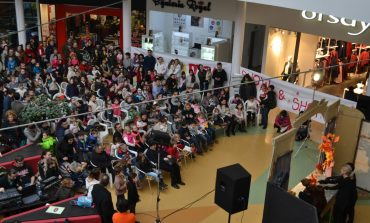 """Zeci de copii au fost prezenţi la spectacolul """"Ursuleţul şi anotimpurile"""" din Alba Mall"""
