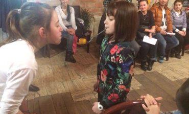 """FOTO: Copiii de la Centrul de Zi """"Sfânta Cuvioasa Parascheva"""" din Alba Iulia s-au costumat în personaje şi au participat la """"Balul prieteniei"""""""