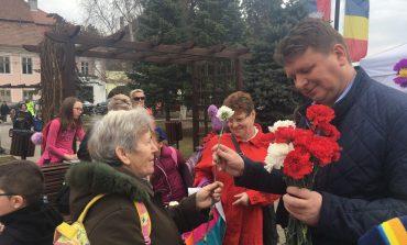 FOTO: 1 Martie sărbătorit la Sebeş. Primarul Dorin Nistor a dăruit sute de mărţişoare, însoţit de elevi de la şcolile sebeşene