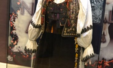 FOTO-VIDEO: Costumul popular femeiesc din Bucium, prezentat la Muzeul Naţional al Unirii Alba Iulia ca şi exponat al lunii martie