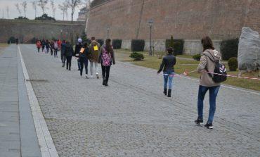 FOTO-VIDEO: Un şnur gigant de mărţişor şi sute de copii au îmbrăţişat Cetatea Alba Carolina de 1 Martie