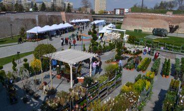 FOTO: Târgul Grădinarului de la Alba Iulia şi-a deschis porţile. Pasionaţii de grădinărit sunt aşteptaţi cu o gamă largă de produse