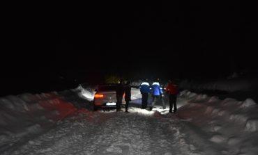 FOTO: Trei adulţi și doi minori au rămas blocaţi cu maşina, pe Transalpina. A fost nevoie de intervenţia jandarmilor pentru a-i salva