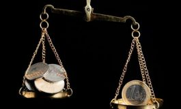 Euro a scăzut cu aproape un ban