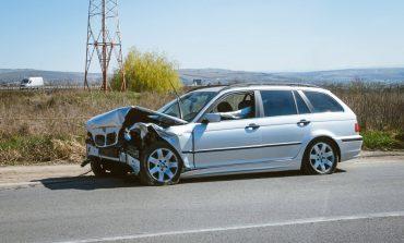 FOTO: Accident la Alba Iulia. Un şofer a ajuns cu maşina în sensul giratoriu