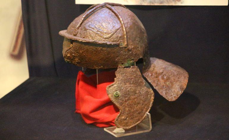 FOTO: Coif roman cu ranforsări pentru atenuarea efectelor produse de armele dacilor, exponatul lunii aprilie, la Muzeul din Alba Iulia